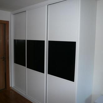Armario blanco con puertas correderas