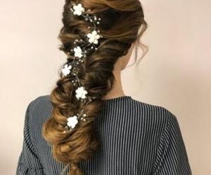 Recogido de novias en trenza con adornos florales
