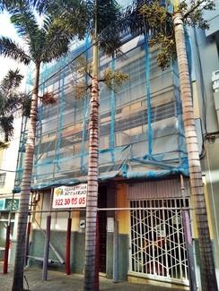 Reforma de fachada con andamio multidireccional. Calle Callado de Lima. Santa Cruz.