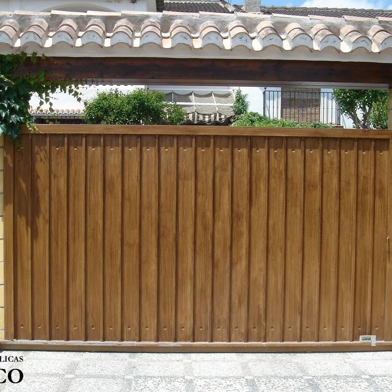 Puerta metálica corredera imitación madera