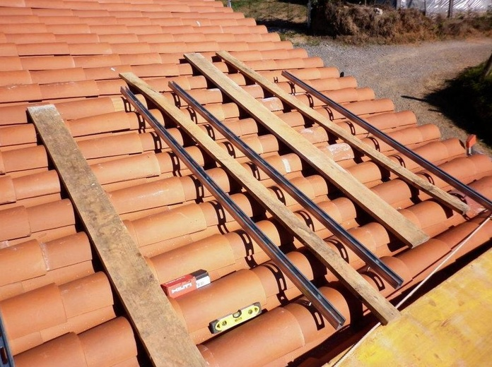 Montaje en el tejado de los soporte para las placas