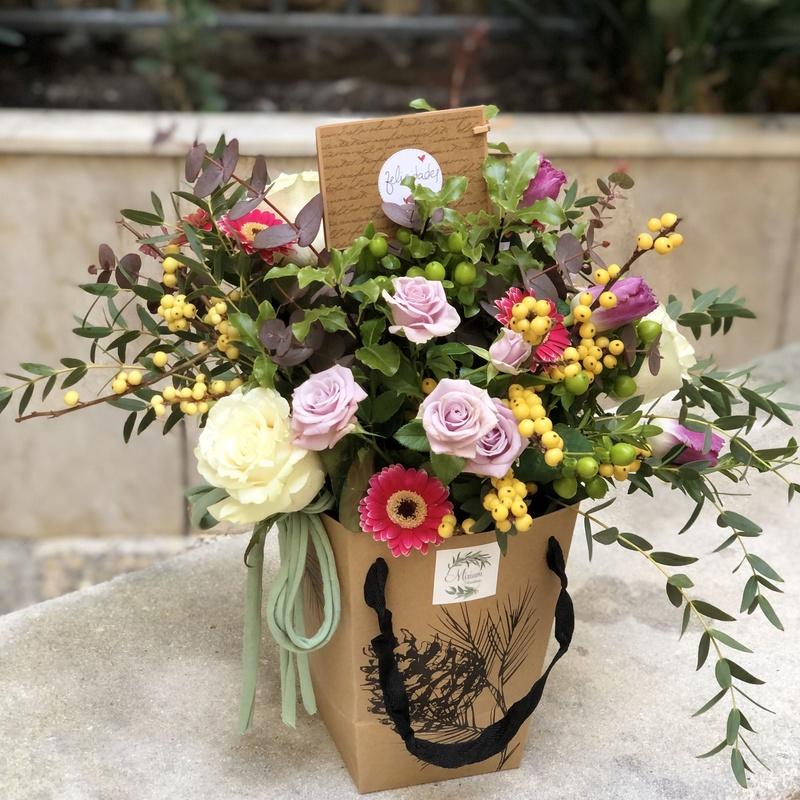 Caja con flor variada de temporada