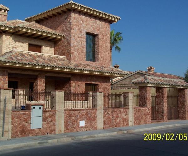Mampostería concertada ripiada en Mármol Rojo Alicante