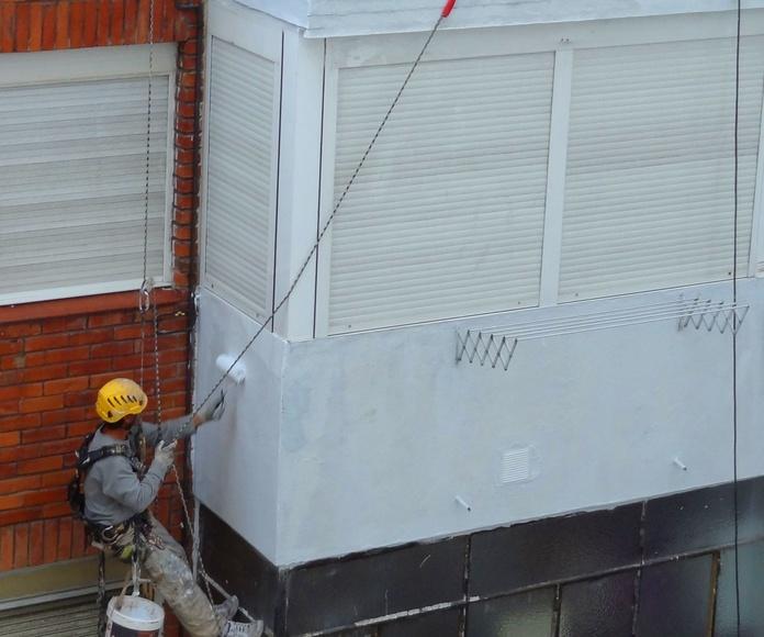 Pintores de fachadas. Trabajos con descuelgue vertical en Torrelavega.