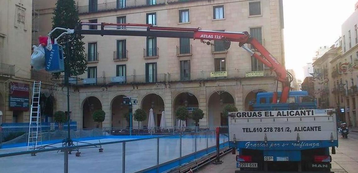 Grúas de gran tonelaje en Alicante para montar un árbol de Navidad