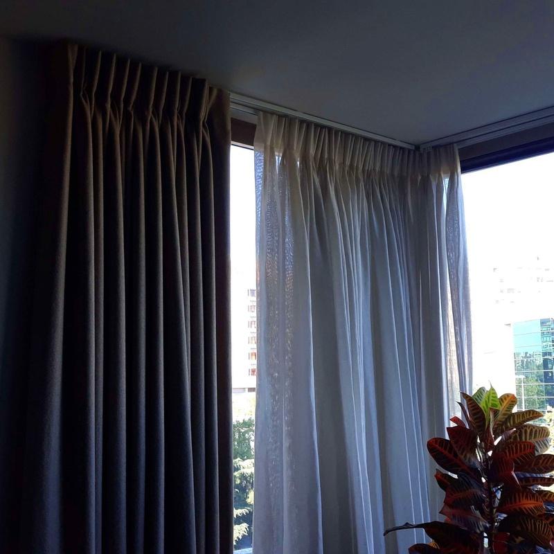 Confección e instalación de visillos y cortinas, forradas, cabeza pinzas, en mirador
