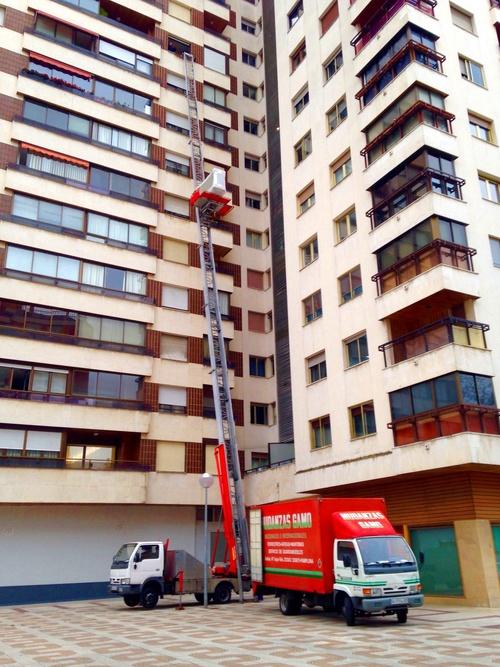 Mudanzas en Pamplona, Iruña con montamuebles en un décimo piso