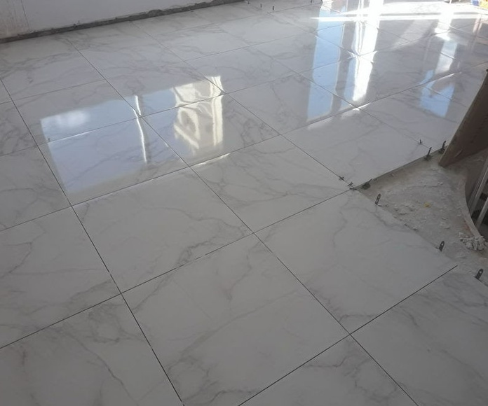 Colocando un pavimento porcelánico en Mijas Costa (Málaga) por instalador de pavimentos