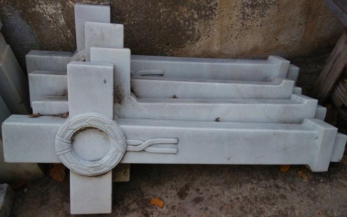 Cruces y basas en mármol blanco macael: Productos y servicios  de Mármoles Tapia