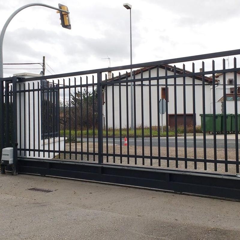 Puertas metalicas: Servicios de Navatek Puertas Automáticas, S.L.