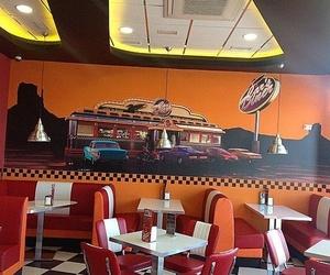 Cafetería decorada con mural estilo americano