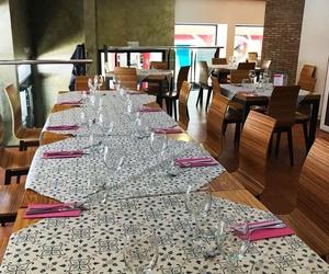 En nuestro restaurante encontraras un lugar comodo y acondicionado para compartir;  en familia, o con amigos.como muestra la imagen de nuestro comedor  como con los amigos,