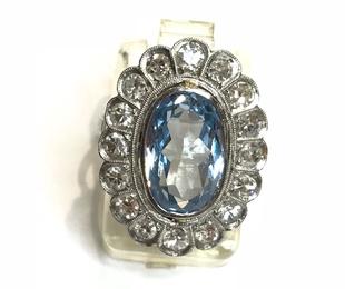Sortija Sra. topacio azul y brillantes montada en platino.