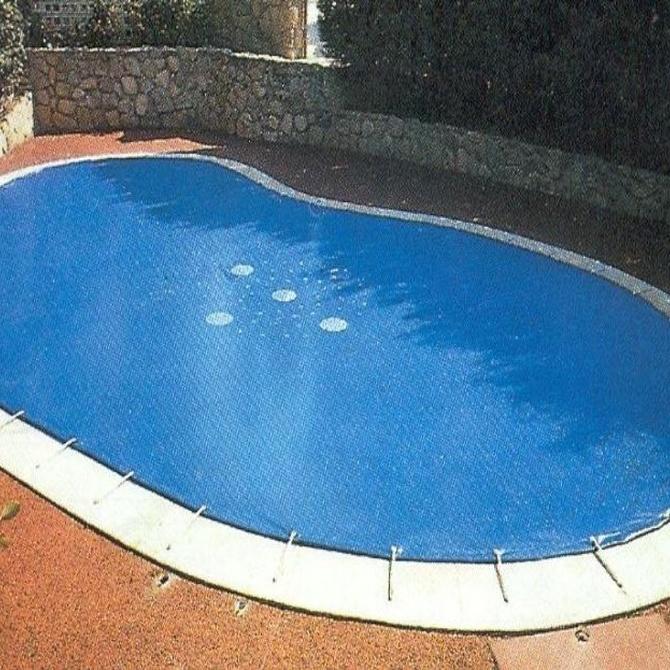 Por qué usar una lona para cubrir la piscina