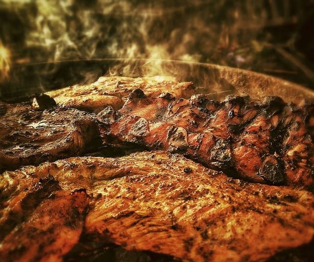 ¿Por qué la carne a la brasa sobre piedra sabe mejor?