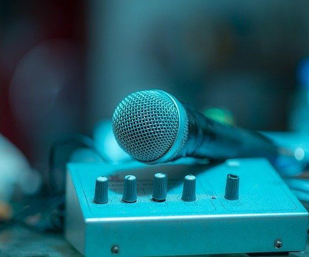 La iluminación y sonido en un karaoke