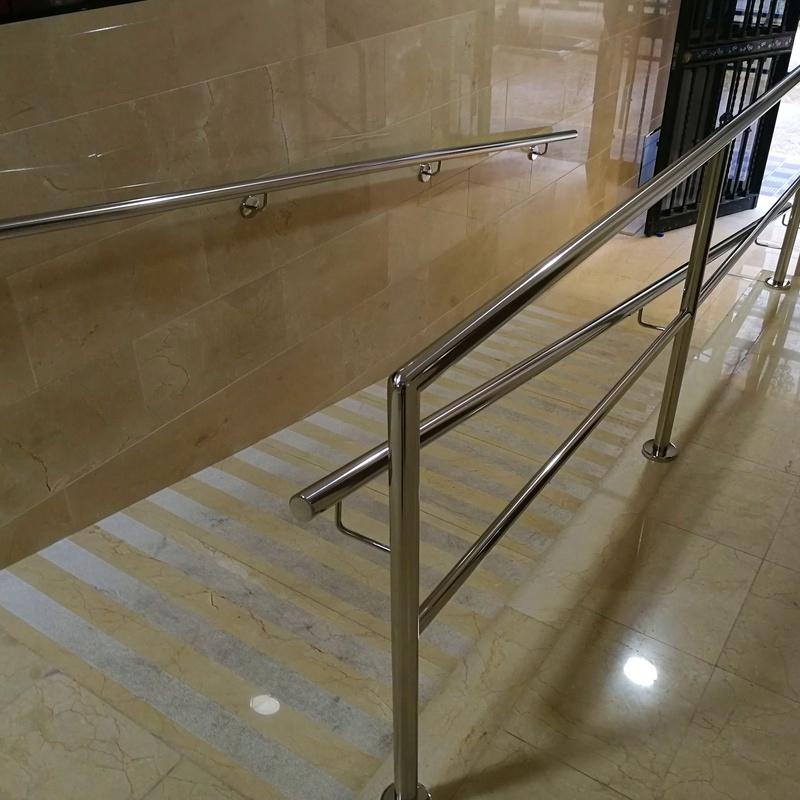 Barandilla y pasamanos de acero inoxidable para portal de acceso