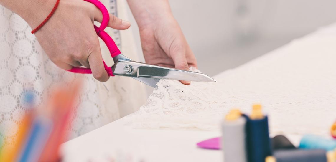 Arreglo de ropa en l'Eixample (Barcelona), corte y confección