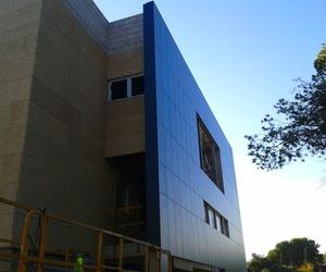 Cerramientos exteriores de obra seca y fachada ventilada de paneles fenólicos. Alicante