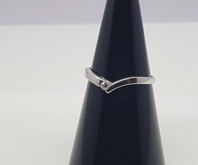Solitario oro blanco, en forma de V, con diamante talla brillante de 0.06 Cts.