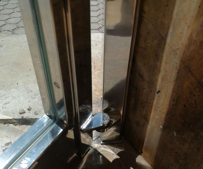 Puerta de seguridad de acero inoxidable.