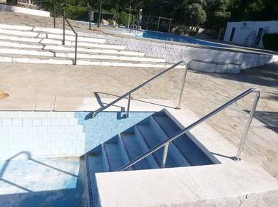 Barandillas y escaleras de acero inoxidable para piscinas.