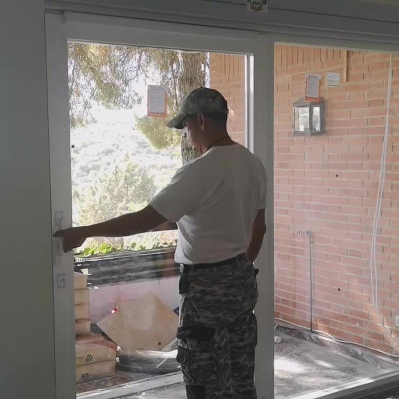 Fabricación e instalación de puertas osciloparalelas.