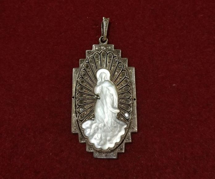Medalla Art Decó en oro blanco de 18k e imagen de nácar. 1920-30.: Catálogo de Antigua Joyeros