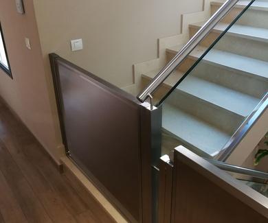 Puertas de acero inoxidable de barrera de protección infantil en escaleras,en chalet particular.