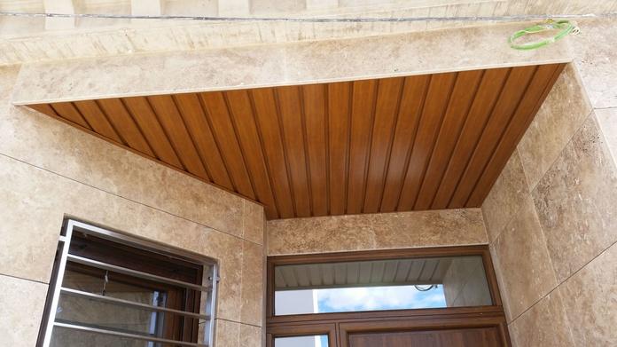 Falso techo de aluminio imitación madera
