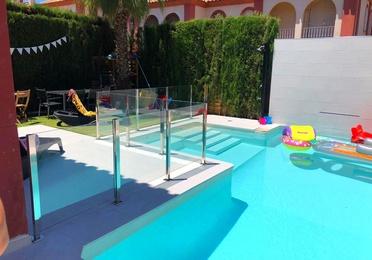 Barandilla de acero inoxidable y vidrio para separar zona de piscina