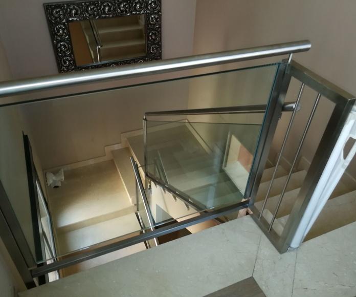 Barandilla de acero inoxidable y vidrio en chalet particular