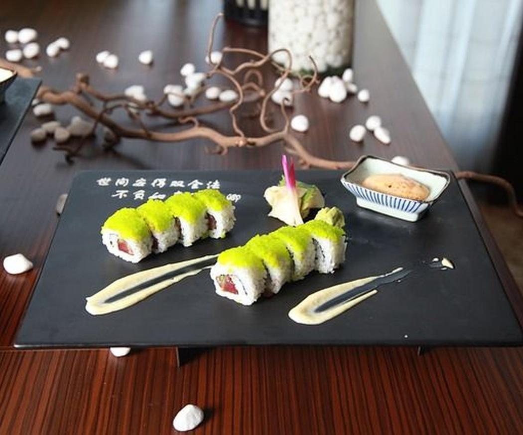 ¿De dónde proviene la tradición de comer sushi en Japón?