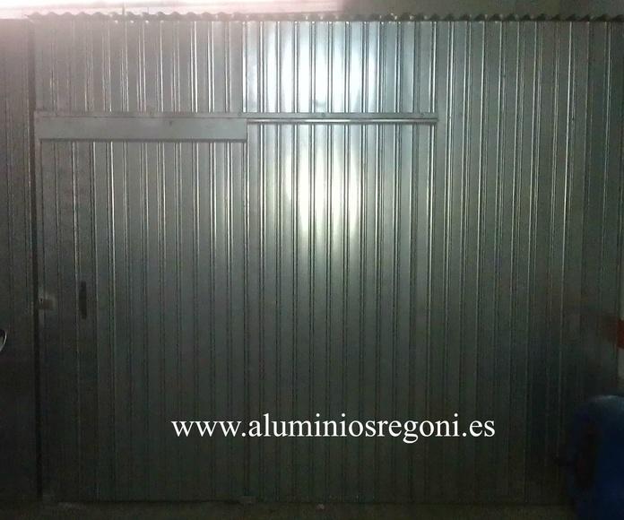 Cerramiento de plaza de garaje con chapa y una puerta corredera