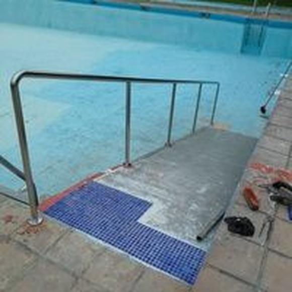 Barandilla de acero inoxidable para rampa de acceso a piscina: Nuestros trabajos de Icminox