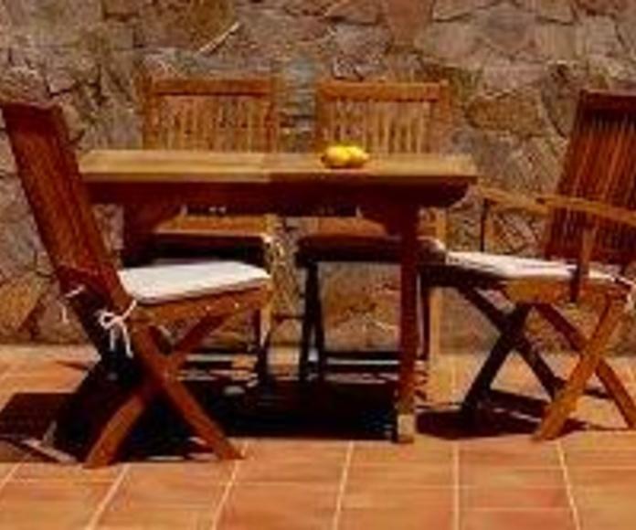 Mesa y sillas de teca con Aceite de teca Bondex
