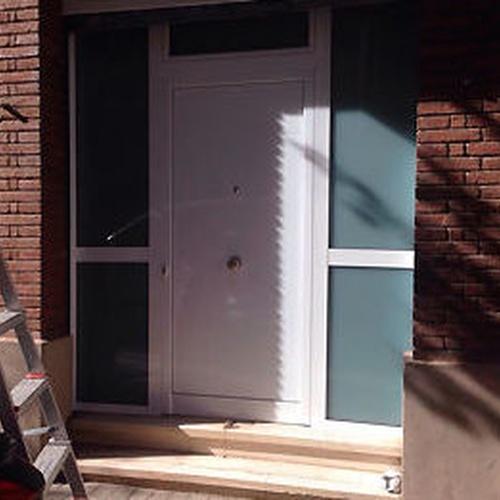 Puertas de entrada en aluminio y PVC en Horta-Guinardó (Barcelona)