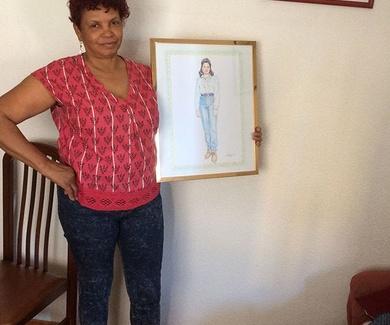 Mujer satisfecha con su cuadro