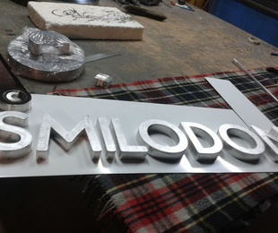 Letras corpóreas de aluminio