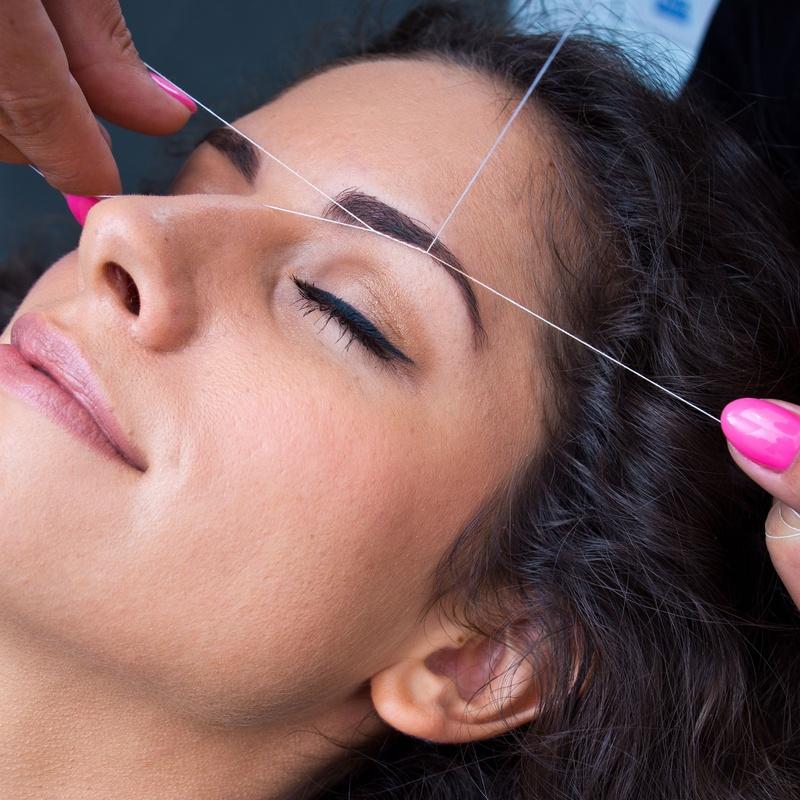 Depilación de cejas con hilo: Servicios de De´Pinie Peluquería