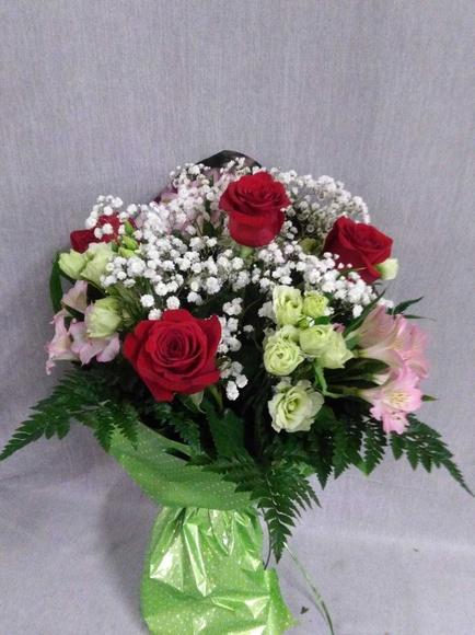 ramo con 4 rosas, lisiantums y astromelia