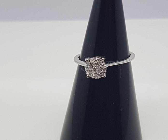 Sortija oro blanco con multiengastes de diamantes talla brillante, aparentando un brillante de gran tamaño