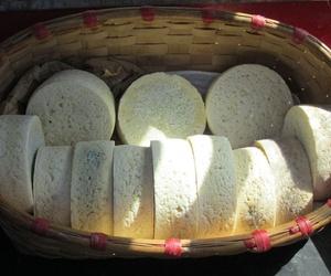 Elaboración de forma artesanal de queso cabrales en Asturias
