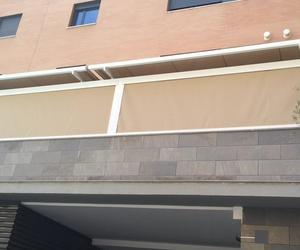 Veranda con toldos verticales con cierre con cremallera.