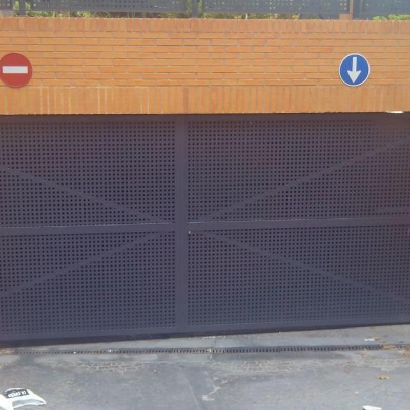 Puerta de 2 hojas batientes de chapa cuadradillo y lacada color gris
