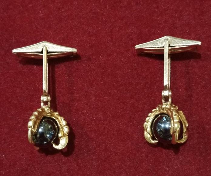 Gemelos de oro de 18k y bolas de hematites. Circa: 1970.: Catálogo de Antigua Joyeros