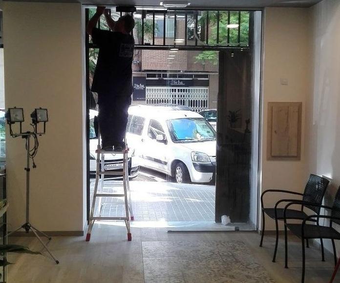 Puerta de cristal corredera automatismo sobre falso techo Panadería