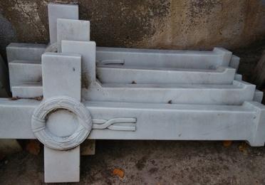 Cruces y basas en mármol blanco macael