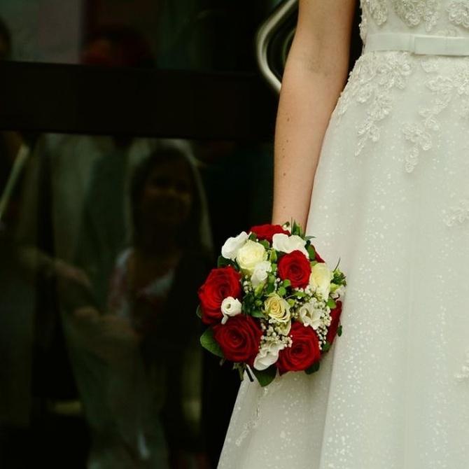 La tradición de tirar el ramo de la novia hacia atrás