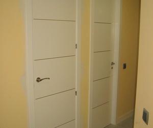 Combinación perfecta entre diseño y elegancia, puerta modelo 4 rayas aluminio lacada